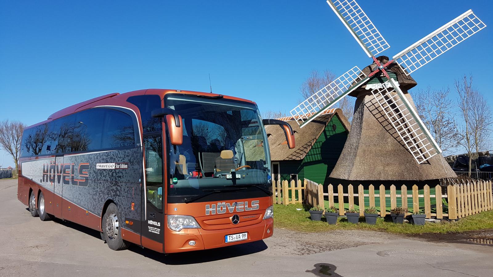 Bus vor Windmühle