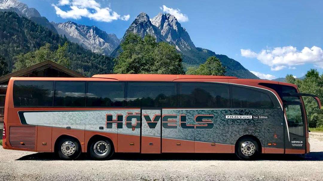 hövels bus vor bergkulisse